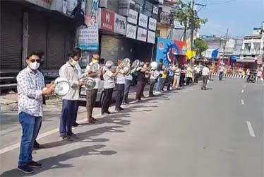 हरिद्वार में सरकार को जगाने के लिए व्यापारियों ने सड़क पर उतरकर बजाई थाली