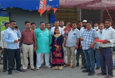 जसपुर : भाजपाइयों ने पुष्कर धामी के सीएम बनने पर बांटी मिठाई