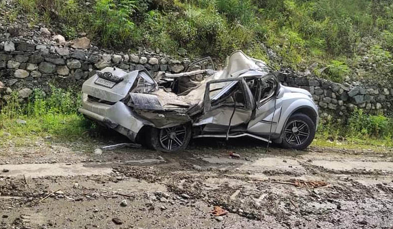 उत्तराखंड : एसयूवी पर गिरा पत्थर, हो गई चकनाचूर
