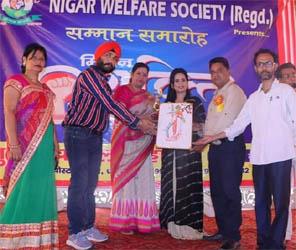 जसपुर की नसरीन चौधरी को सामाजिक कार्यों के लिए धामपुर में किया गया सम्मानित