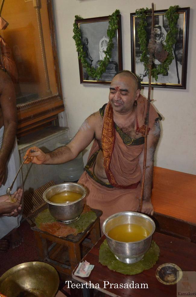 Balaperiyava_giving_theertham