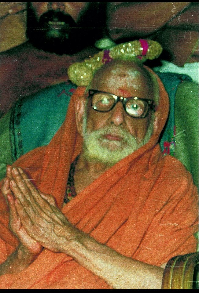 Periyava-kunjithapadham.jpg