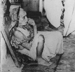 Periyava-sitting-on-floor