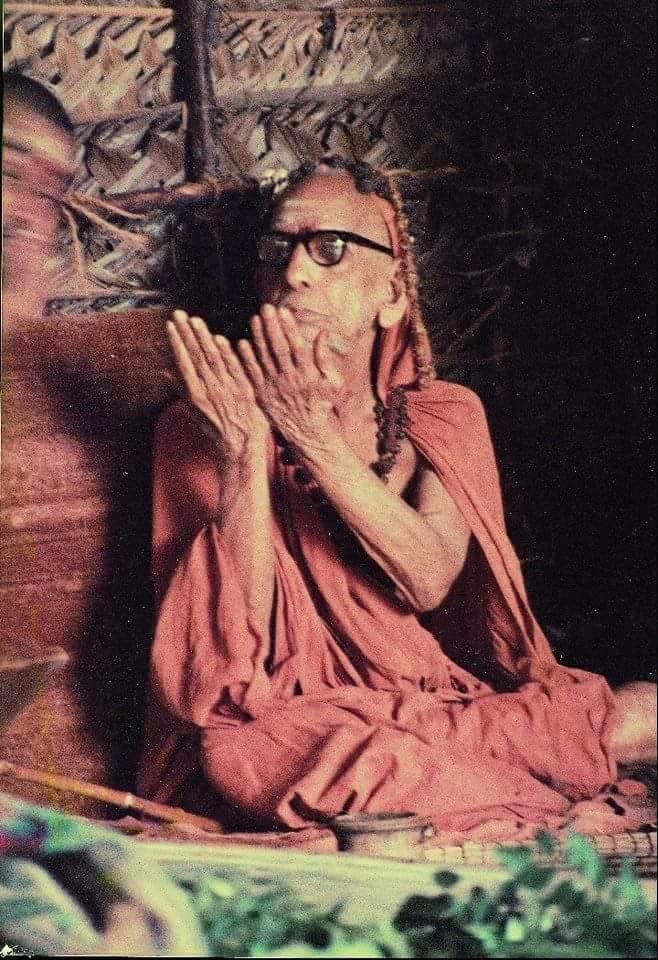 Mahaperiyava-palms-spread