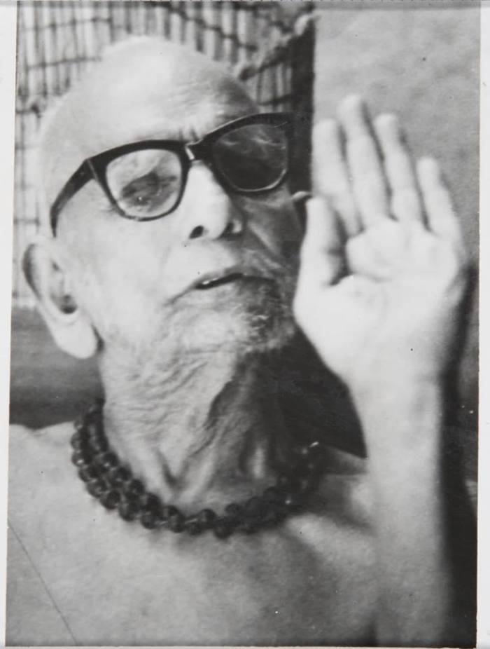 Periyava-left-hand-bless.jpg