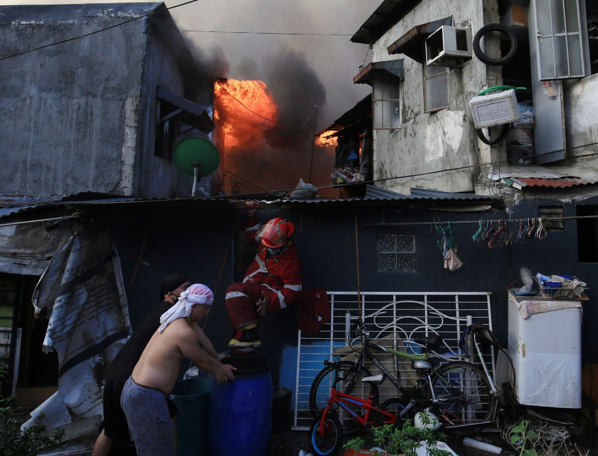 Early morning fire guts 50 homes, leaves 1 dead in Paco, Manila