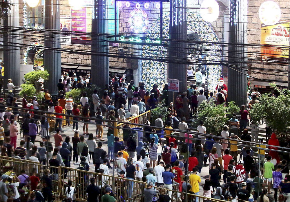 Catholic faithful flock to various churches in Quezon City for Simbang Gabi