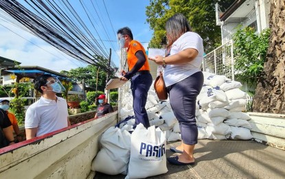 Pasig, Makati start distribution of 'pamaskong handog' gift bags
