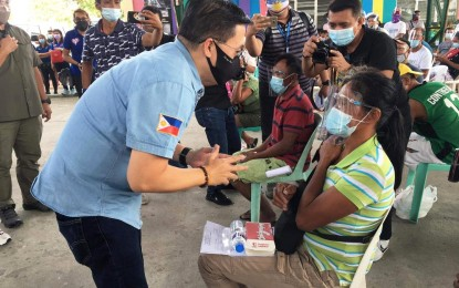 Sen. Go aids fire victims, trike drivers in Bulacan town