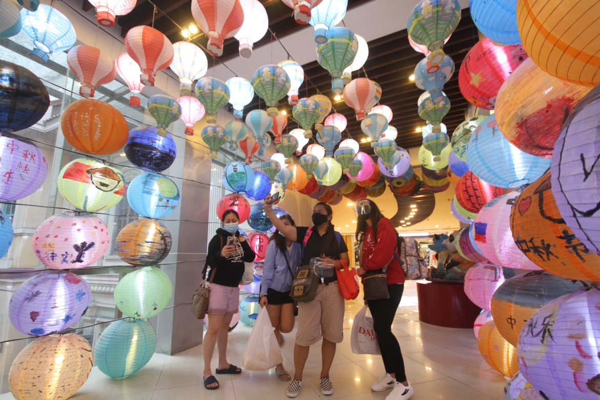 Enchanting 'Tunnel of Lanterns' amazes shoppers at Lucky Chinatown mall