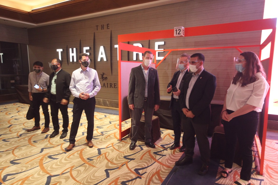 Israeli med experts visit Solaire vax hub with gov't officials