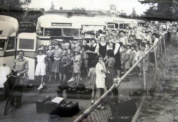 Waiting for the school bus, Young circa 1960. Source: Lambing Flat Folk Museum