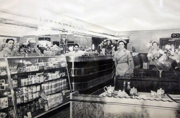 Niagara Cafe staff, Gundagai 1939