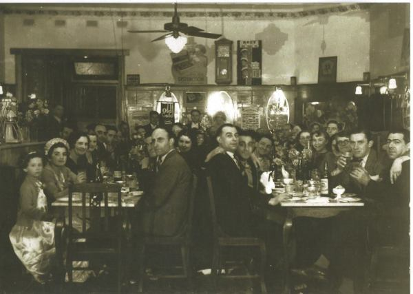 A Greek families gathering at the Silver Star Cafe, Cootamundra - 1930s. Source: Deidre Winters on Cootamundra Remembers.
