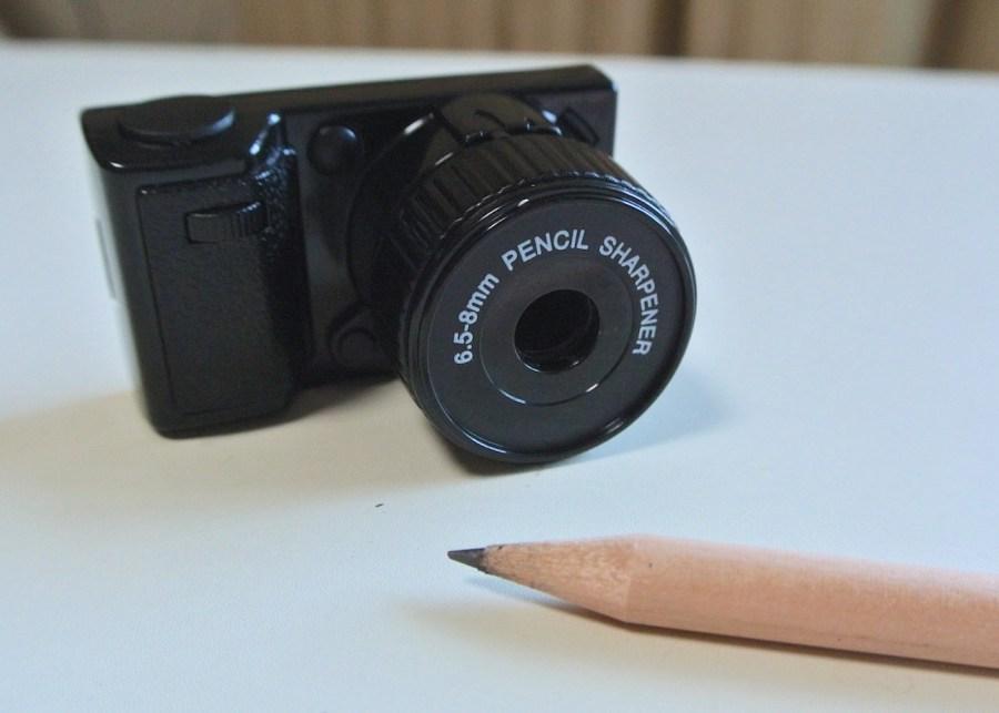 シャッター音がクセになる!カメラ型鉛筆削り「CAMERA SHARPENER」