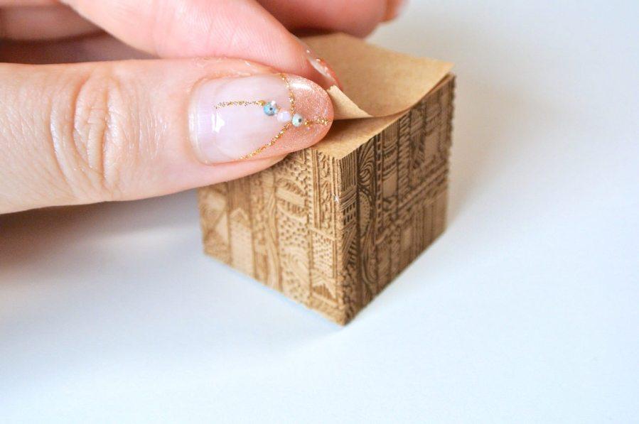 まるでアート作品。繊細な模様が彫り込まれた付せん紙「彫刻フセン」