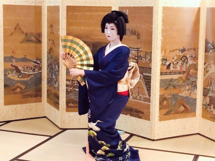 Geiko dancing in Kyoto screens