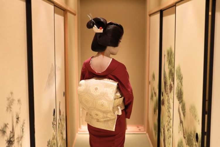 Geiko in a hall way