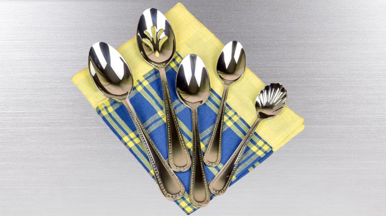 Cleaning silverware with aluminum foil