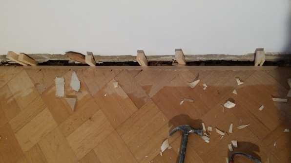 Kuvassa näkyvä leveä rako seinärajassa ei olisi peittynyt lattialistalla.
