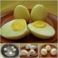 prato com ovo cozido corta ao meio