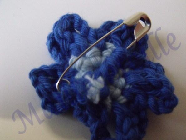 broche bleue arriere