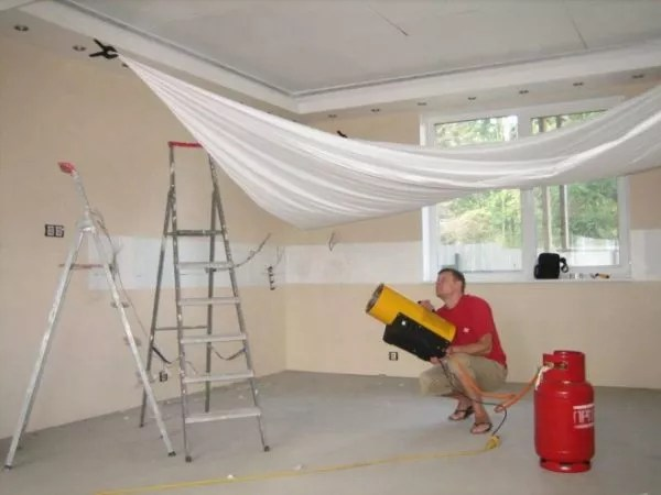 Что делают сначала: натяжной потолок или обои клеят