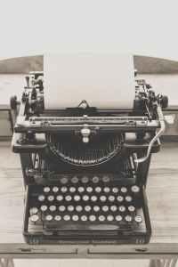 typewriter-vintage-old-vintage-typewriter-163084.jpeg