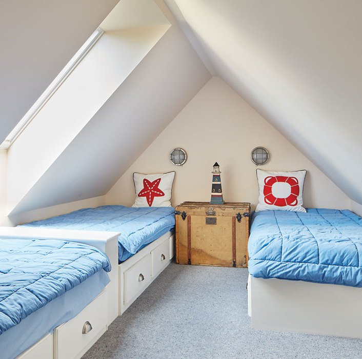 bedroom with 3 beds