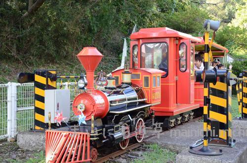 真っ赤な機関車