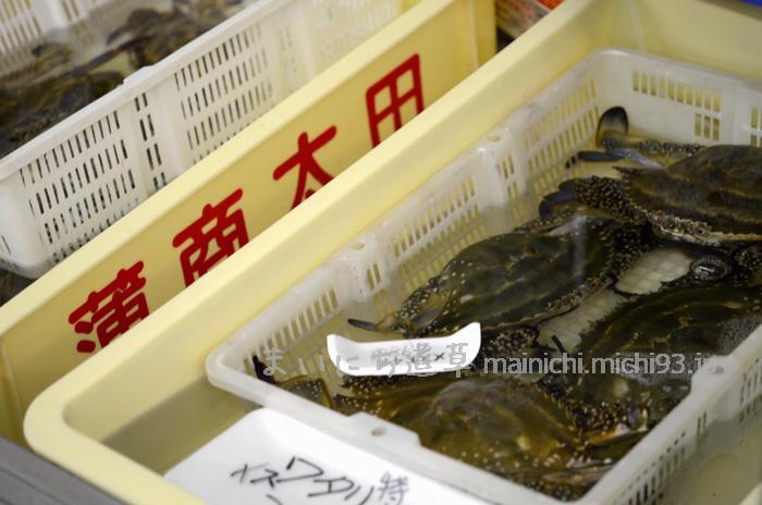 旬のワタリガニが並ぶ、スーパーの鮮魚売り場