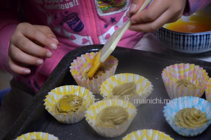 溶いた卵黄をハケで塗ります