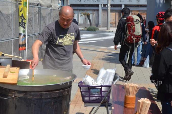 元町港船客待合所でふるまい汁