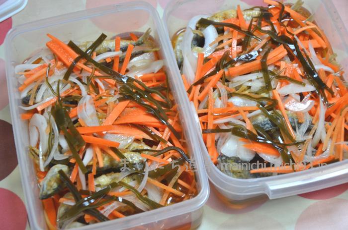野菜(新タマネギ・ニンジン)と昆布と一緒に、南蛮酢に漬け込みます