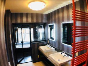 ガラス張りのお風呂の雰囲気はまるでホテル。ユニットバスでも実現可能!