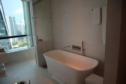 Premier Suite: Bathtub