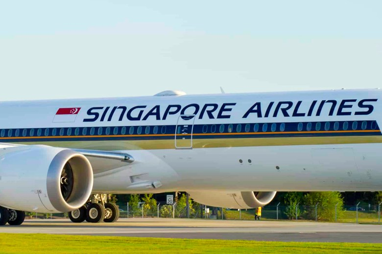 SQ 787-10 Wi-Fi (Singapore Airlines).jpg