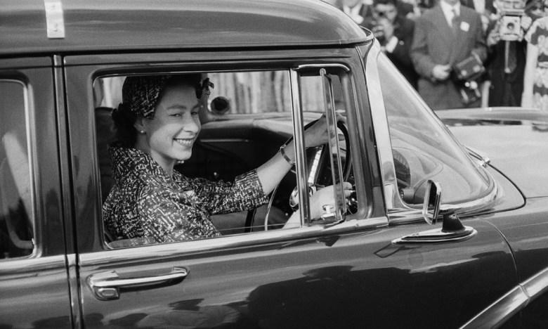 Елизавета II за рулем автомобиля