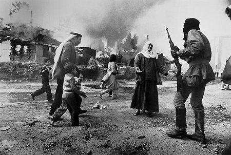 De beroemde foto van Françoise Demulder: de bewoners van het Palestijnse vluchtelingenkamp Karantina worden opnieuw tot vluchtelingen gemaakt.