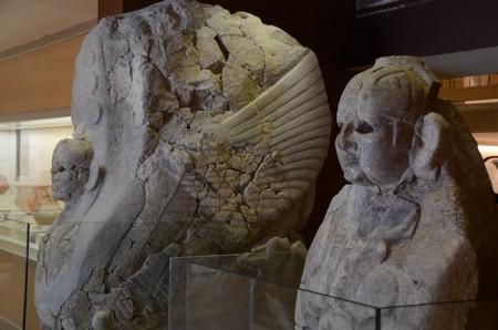 Twee sfinxen: links de Duitse en rechts de Turkse