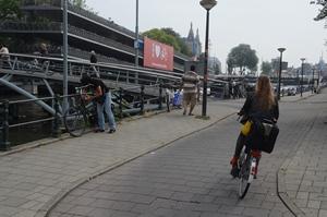 4: Bocht naar links, de brug op. (Het rode bord achteraan, dat Amsterdam houdt van fietsers, is een uiting van de beruchte Amsterdamse humor.)