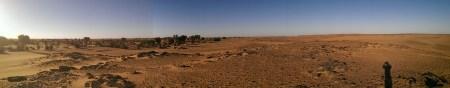 Op de grens van de Nijlvallei (links) en de woestijn (rechts)