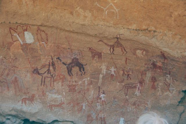 Huizen, vee, dromedarissen, jagers en een krijger op een dromedaris (Wadi Imla)