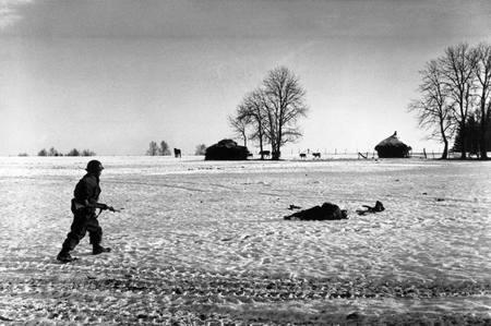 Bastogne, 23 december: heldere hemel (foto: Frank Capa)