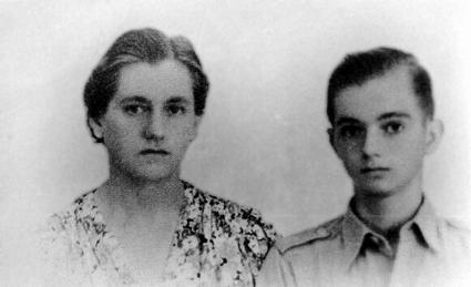 De moeder en broer van de auteur op een foto die midden 1942 is gemaakt in hun eerste kamp voor burgergeinterneerden. Deze is later als ansicht verstuurd en bereikte de auteur na een jaar in Thailand.