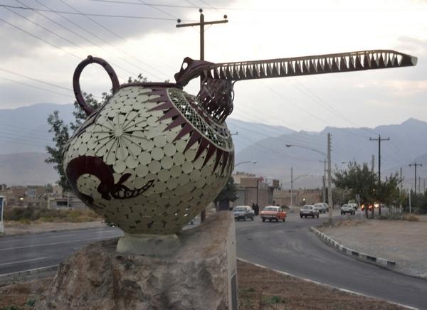 """Het zal u niet verbazen dat dit soort keramiek wordt aangeduid als """"snavelkan"""". Het werd in Iran gemaakt in de IJzertijd. En is nu, in replicavorm, dus een richtingaanwijzer bij Tepe Sialk (vlakbij Kashan)."""