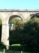 Une tourelle du château, sous une arche du viaduc