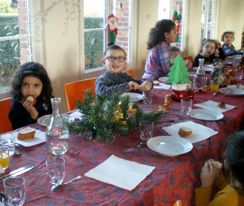 A la cantine, repas de Noël pour les enfants de l'école.