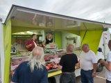 Nombre de clients se sont pressés devant le camion du boucher toute la soirée.