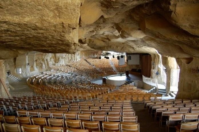 70.000 fiéis se reúnem em caverna que se transformou em igreja para adorar a Jesus no Egito